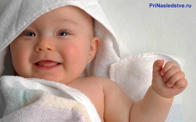Састливый малыш в белом полотенце