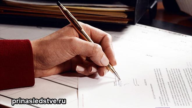 Человек пишет на бумаге