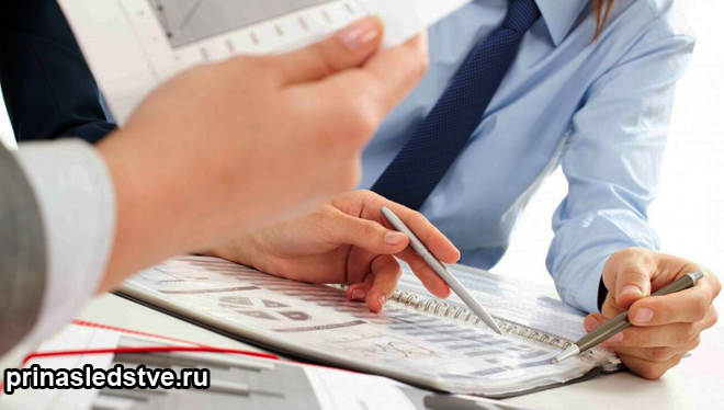 Мужчины изучают бумаги