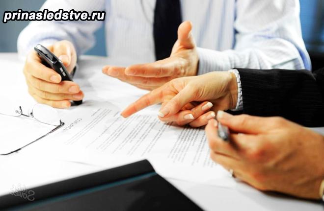 Мужчины в деловых костюмах подписывают бумаги