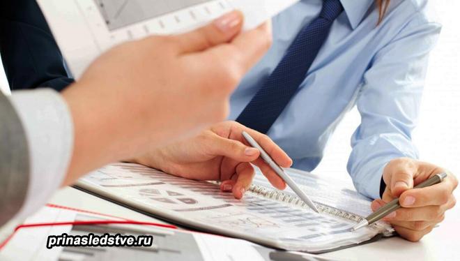 Двое мужчин изучают бумаги