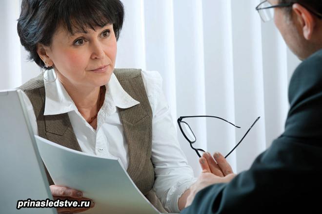 Женщина на консультации у нотариуса