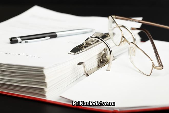 Папка с бумагами, очки