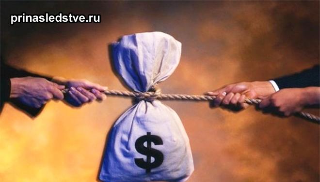 Мужчины перетягивают на свою строну мешок с деньгами