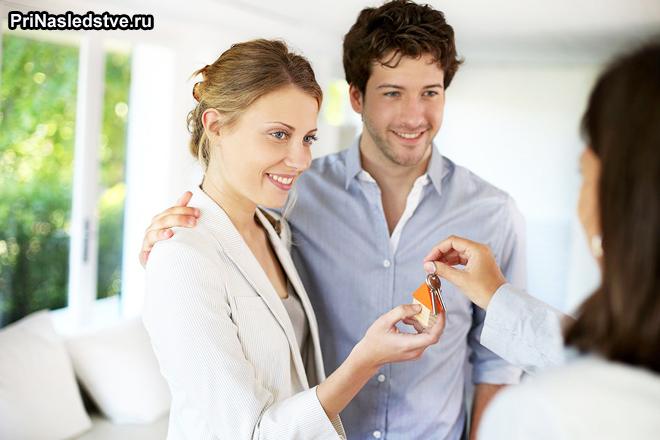 Семейная пара покупает квартиру