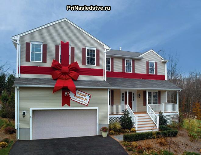 Двухэтажный частный дом с красным бантом