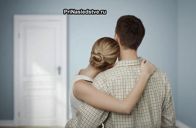 Семейная пара смотрит на закрытую дверь