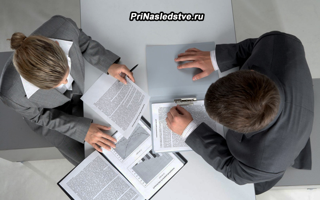 Мужчина и женщина изучают документы в офисе