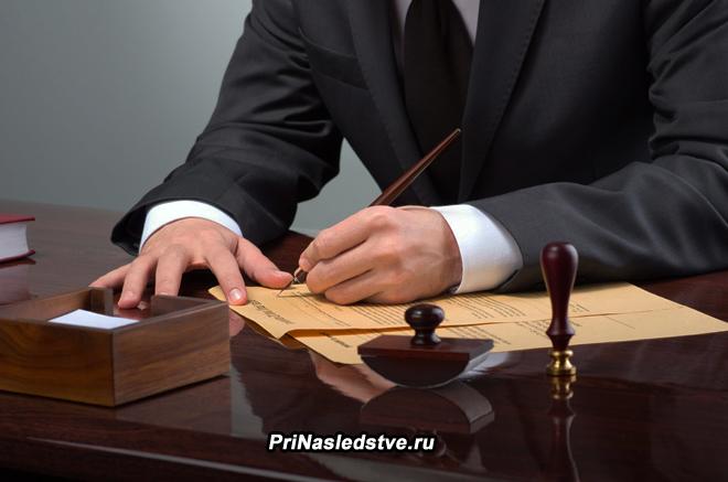 Юрист за рабочим местом