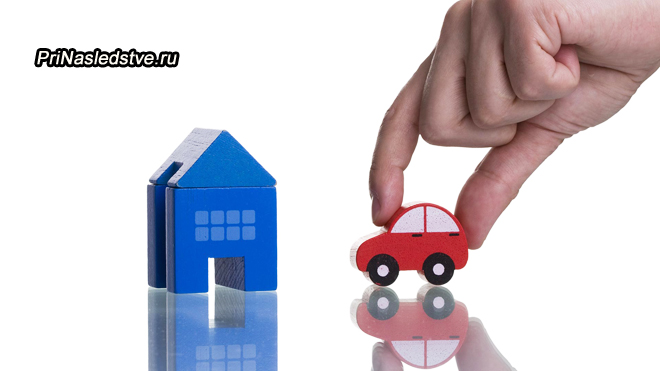 Человек играет игрушечной машинкой, домик