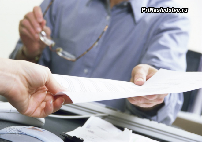 Мужчина отдает документы