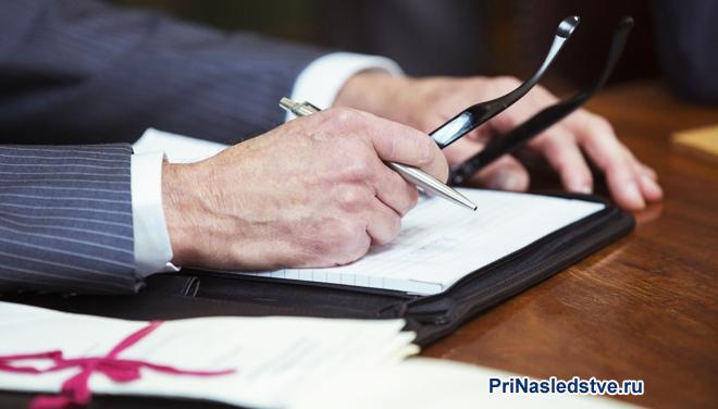 Бизнесмен заполняет бумаги