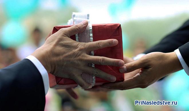 Бизнесмен дарит другому подарок