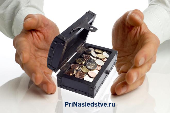 Мужчина с коробочкой монет