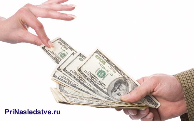 Девушка берет у мужчины деньги