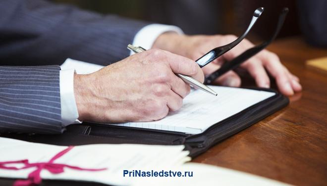 Бизнесмен подписывает документы