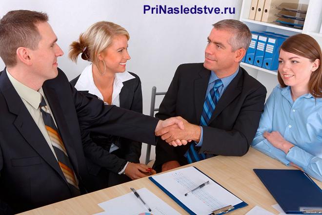 Бизнесмены заключают сделку, скрепив ее рукопожатием