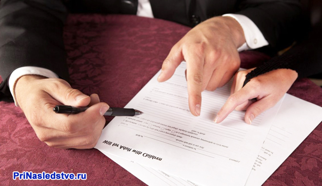 Бизнесмены подписывают договор