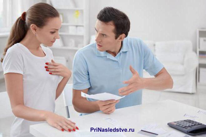 Мужчина объясняет женщине содержимое на листке на бумаге