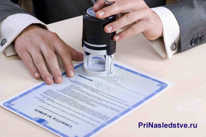 Бизнесмен ставит печать на синем бланке