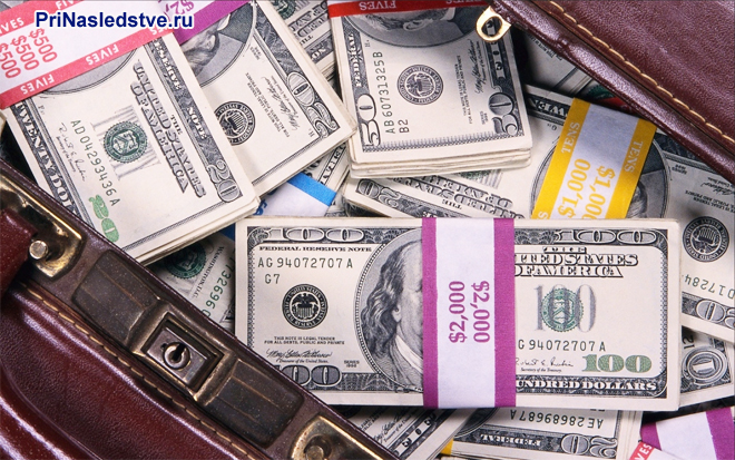 Пачки американских долларов