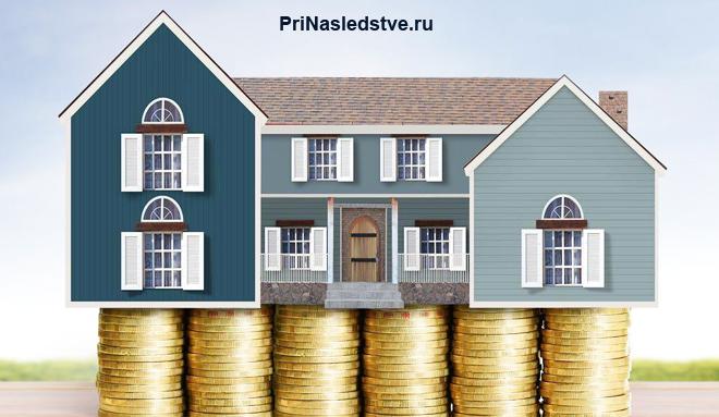 Макет дома стоит на золотых монетах
