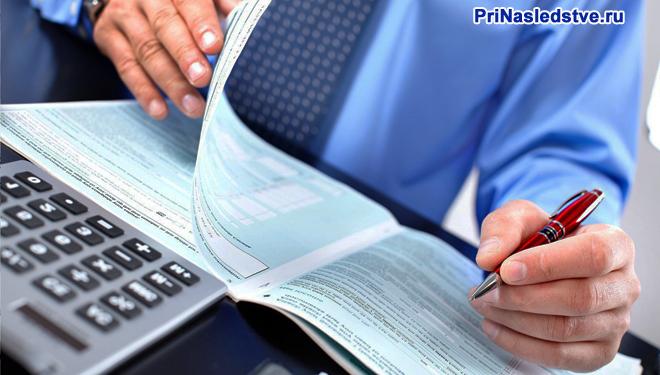 Бизнесмен делает записи в тетради