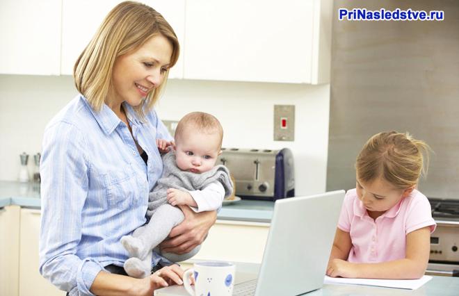 Мама на кухне с двумя детьми