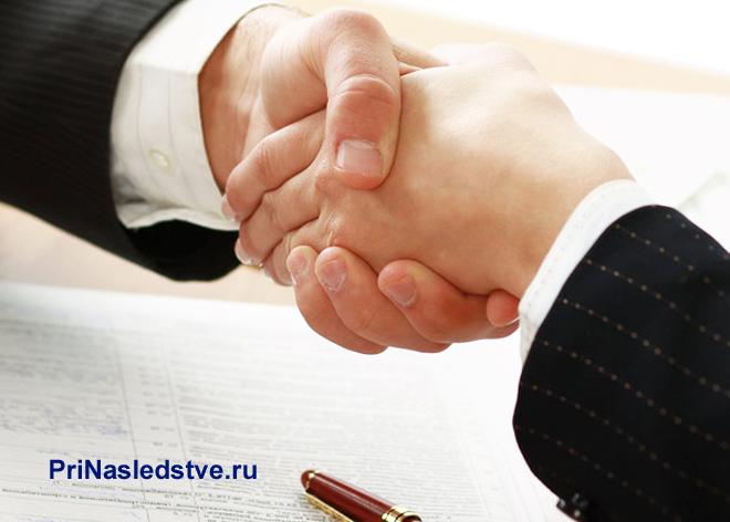 Рукопожатие бизнес-партнеров