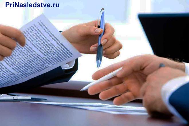 Бизнесмен читает содержимое на листке