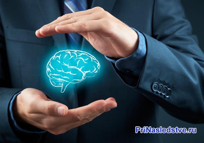 Бизнесмен держит в руках мозг