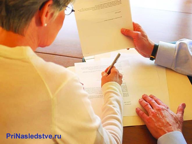 Женщина заполняет документы по образцу