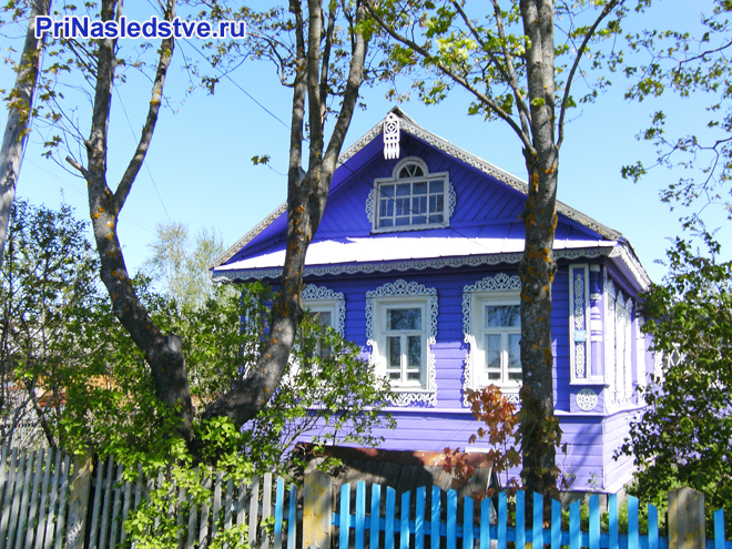 Сиреневый дом в деревне