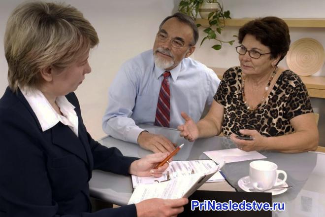 Женщина-юрист консультирует семейную пару