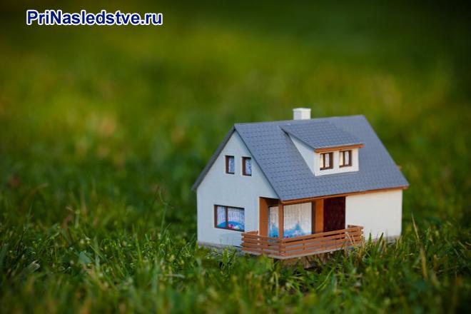 Дачный домик стоит в поле