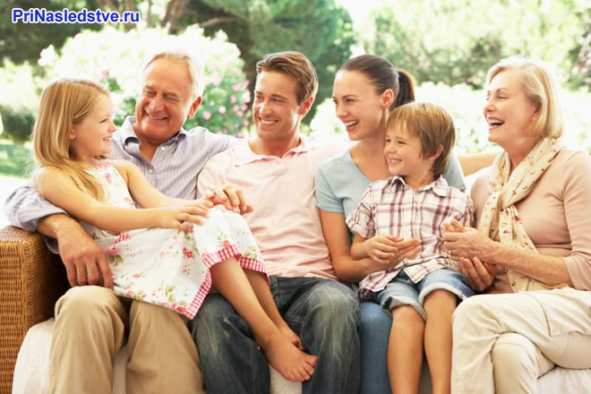 Счастливая семья общается между собой