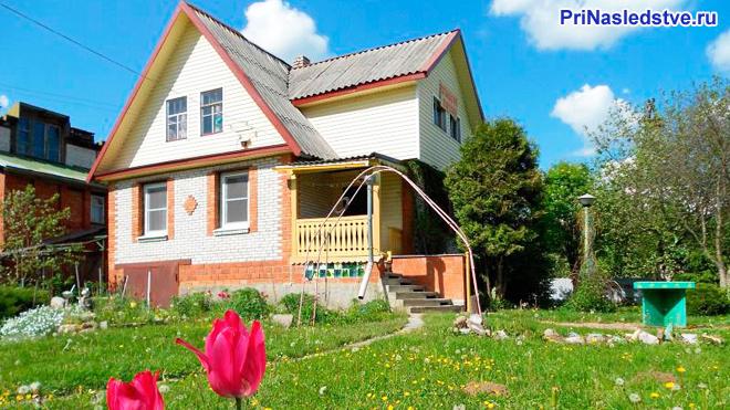 Кирпичный двухэтажный домик