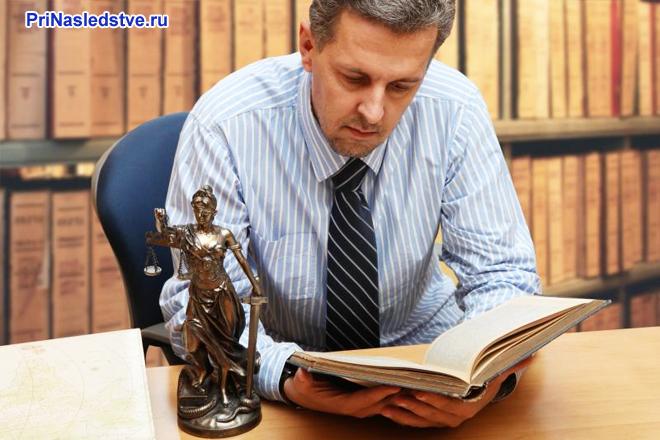 Мужчина читает книгу в библиотеке
