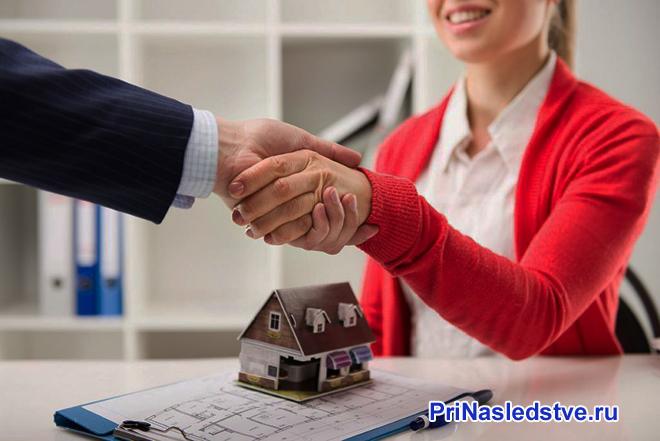 Девушка в красной кофте заключает сделку на дом